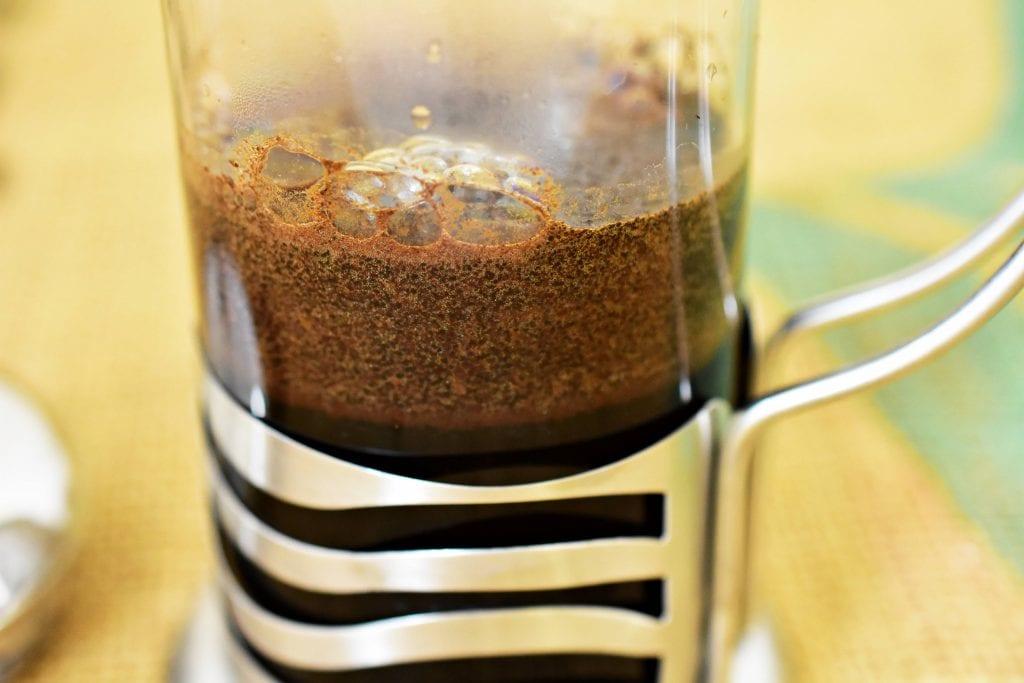 Zaliatie kávovníkových zŕn vo French Presse