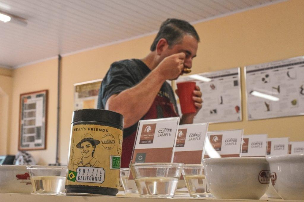 Degustovanie kávy na farme California. Aj tieto informácie sa môžete dozvedieť v rodnom liste kávy.  Výberová káva má svoj rodný list.